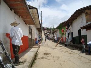 Ituanguinos pintando sus casas en comunidad